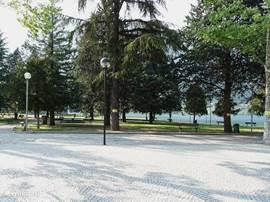 Het park in Crone tegenover winkels en ijssalons.