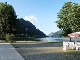 Kiosk bij Lemprato met vrij strand op loopafstand van het appartement. Volop ruimte om de zwemmen en te zonnen. Naast de kiosk is een parkje met bomen en bankjes. Overdag en 's avonds is het gezellig druk.