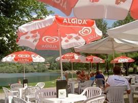 Kiosk bij Lemprato. In het zonnetje voor frisje of een wijntje, ook een bord pasta of een pizza is verkrijgbaar en betaalbaar.
