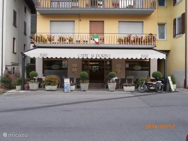 Bar Al Porto in Crone. Voor een espresso of een aperitief met een hapje van het huis.