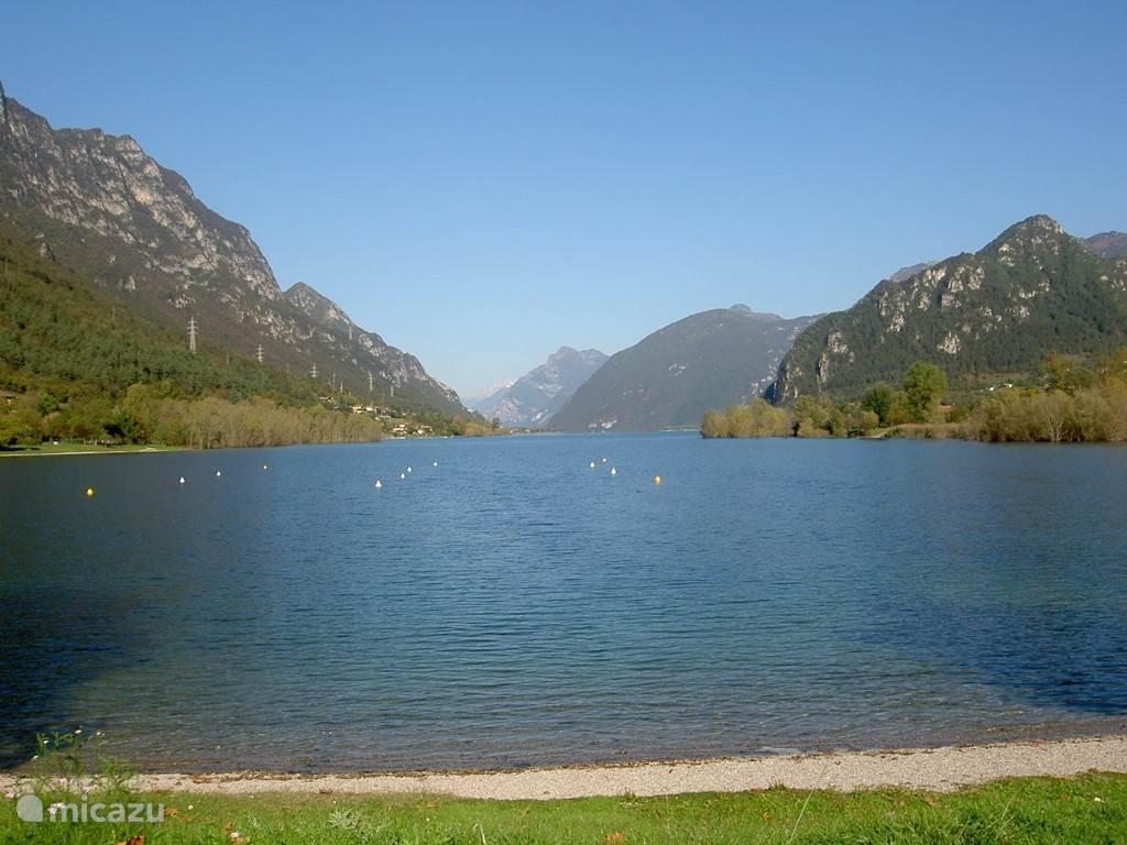 Het meer in de luwte van de bergen.