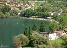 U kunt het appartement zien aan de overkant van het meer. In de bocht van het meer ligt een vrij strand met een kiosk op loopafstand van het huis.