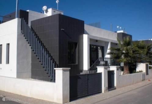 Aanzicht modern type woning met dakterras