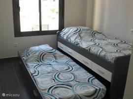 De tweede slaapkamer met twee 1 persoonsbedden. Eén daarvan is een onderschuiver. Meest geschikt voor kinderen.