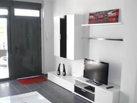Wandmeubel met flatscreen TV en Wifi internet in de woonkamer