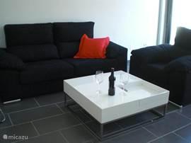 Een heerlijke zitbank en een fauteuil met salontafel