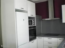 Apparatuur keuken is oven, magnetron, koel/vries combinatie, vaatwasser.
