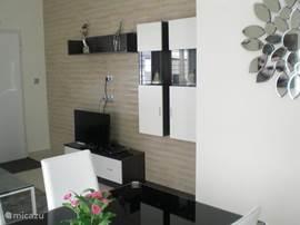 Woonkamer met zitbank, salontafel, TV flatscreen en Wi-Fi internet.