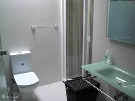 Badkamer en suite in hoofd slaapkamer