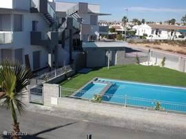 Gemeenschappelijk zwembad met geïntegreerd kinderbad gezien vanaf het dakterras