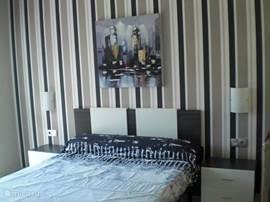 Hoofdslaapkamer met 2 persoonsbed en badkamer en suite