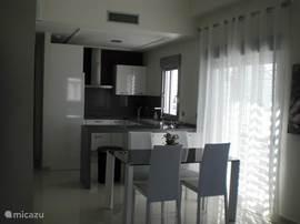 Open keuken gezien vanuit de kamer