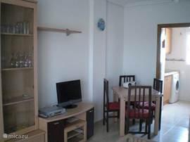 De woonkamer met kast, tv meubeltje met satelietontvanger
