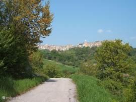 Lekker de benen strekken, op de achtergrond is het dorp te zien.