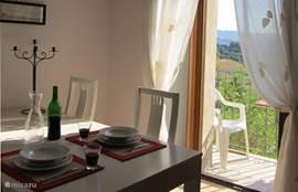 In de eet/woonkamer kunt u gezellig eten aan de ruime tafel.