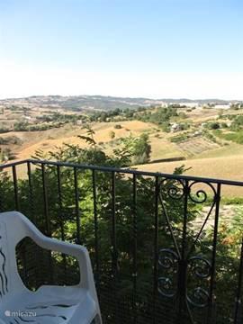 Samen even een wijntje drinken op het balkon? Het uitzicht op de vallei is adembenemend.