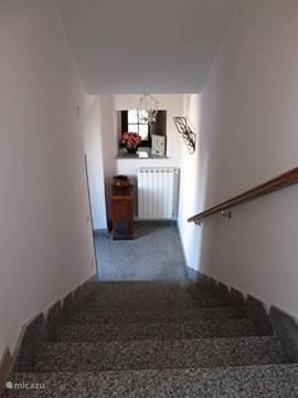 Hiet komt u binnen via de granieten trap.