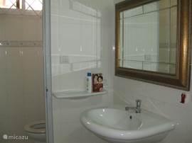 App A: Nette volledig betegelde badkamer voorzien van een douche; wastafel,met spiegel en apart toilet.