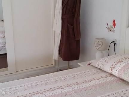 De inbouwkasten van slaapkamer 1 met hemelbed