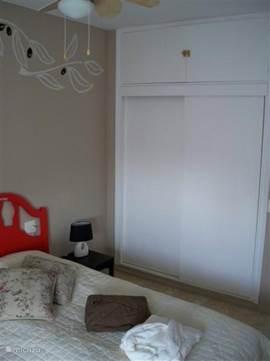 De inbouwkasten van slaapkamer 2