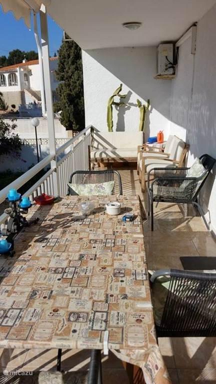 Schitterend balkon voorzien van tafel met 4 stoelen en 2 voetenbankjes.Tevens ook een leuk zitje op het balkon bestaande uit een bankje en 2 losse stoelen. Het balkon is ongeveer 5 meter lengte bij 180 cm breed