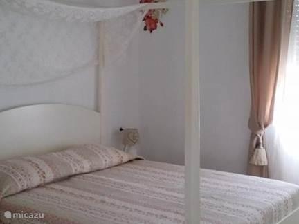 Slaapkamer met hemelbed en inbouwkasten.Bed is 160 bij 200 cm.Dus naar nederlandse standaardmaten en geen spaanse maten!!