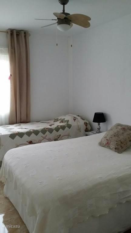 Slaapkamer 2 voorzien van 2 keer 1 persoons bedden maar kunnen aan elkaar gezet worden.Bedden hebben de lengte van 200 cm,dus geen spaanse maten!!