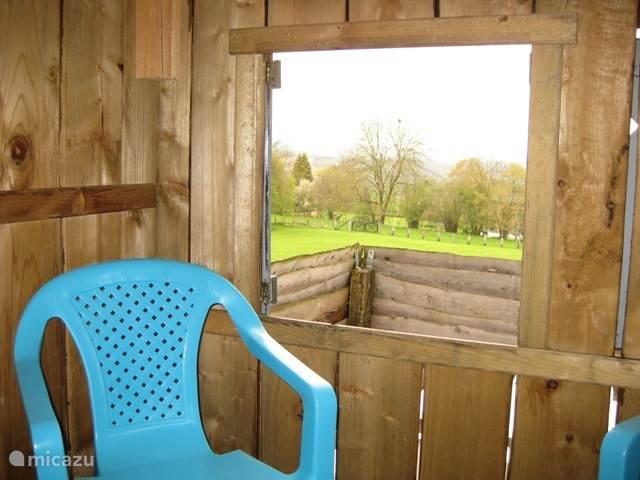 vnuit het kinderseelhuisje gezien ,er staan 2 stoeltjes ideaal plekje voor de kids om zich terug te trekken