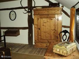 many antiques in the bedroom, also with a burootje 2 steolen / linen closet, room is located on the garden side / 1st floor