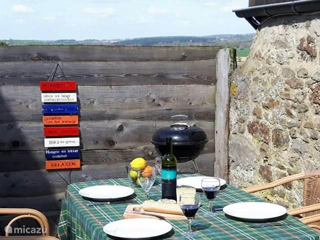heerlijk zon zitje uit de wind ideaal om je ontbijtje te nuttigen of lekker te eten