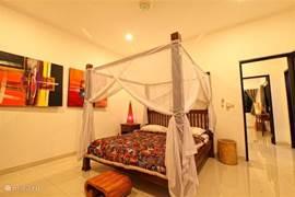 3 slaapkamers hebben een kingsize bed (180 cm x 200 cm) voorzien van klamboe, fan en airco