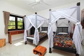 Eeen van de slaapkamers heeft 2 eenpersoons bedden van 90cm x 200cm