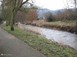 . At the end of the garden flows the river flows about 10 kilometers Alf.Deze At the village out into the Alf Moezel.Aan this river you can sit on a rock watching the flowing soothing water