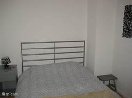De slaapkamer is opnieuw ingericht. Het bed is 160 centimeter breed.