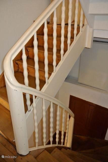 via deze authentieke trap uit 1930 gaat u naar de eerste verdieping