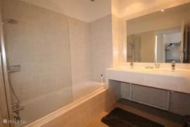 Tweede badkamer op de etage met ruim ligbad en dubbel wastafelmeubel