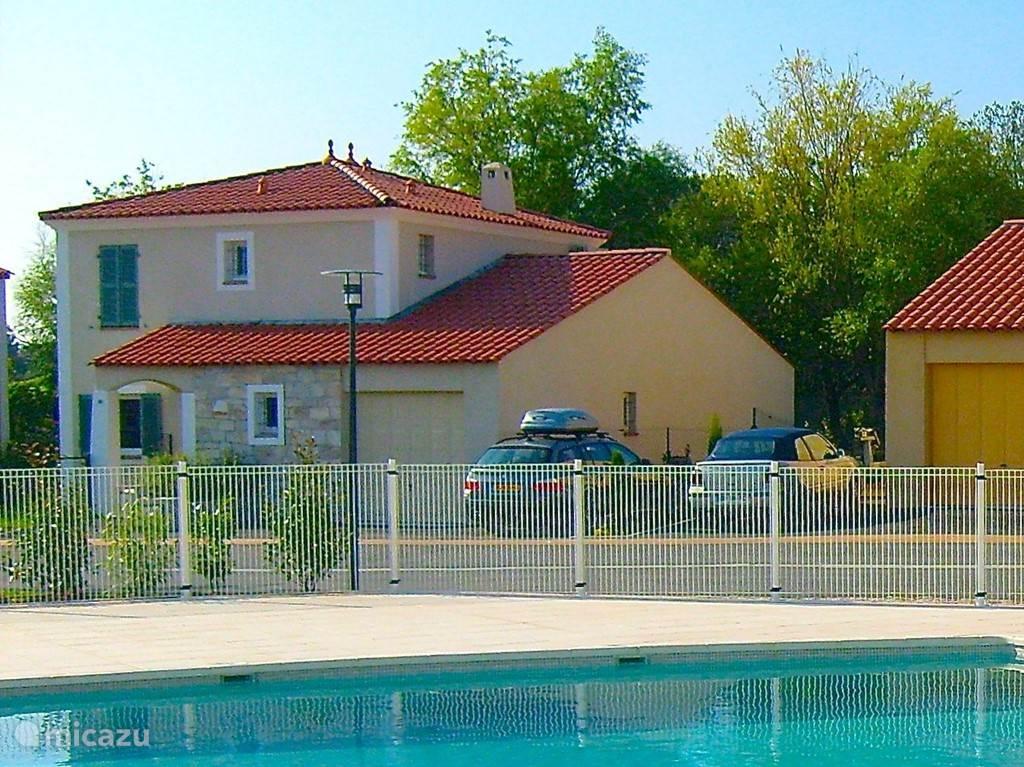 Het zwembad is niet ver van de villa gelegen