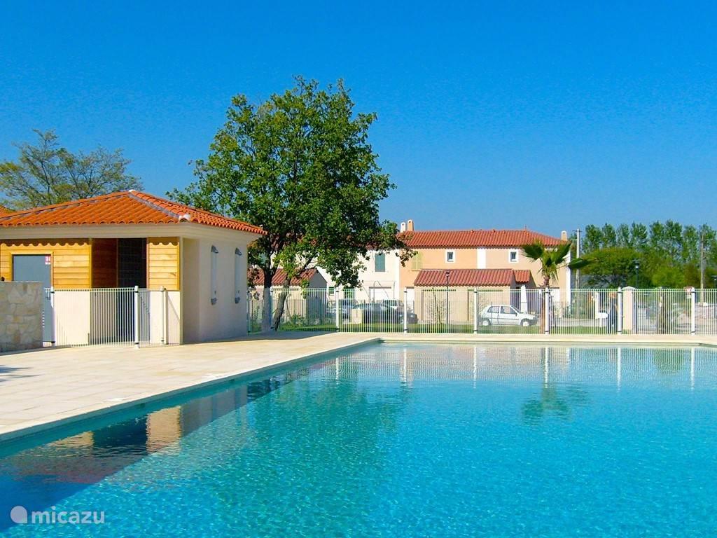Gemeenschappelijk zwembad in Domaine Les Rives du Golf.....