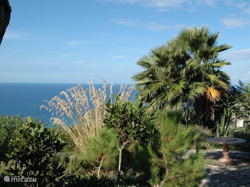 Een kijkje op het achterterras. Bijna 180 graden vrij uitzicht over de Tyrrheense Zee.  5 minuten afstand met de auto van Villa Millefiori