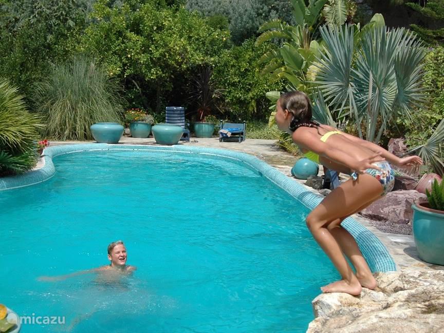 Terwijl Lucas op zijn zusje wacht, staat Noor op het startblok klaar om te duiken