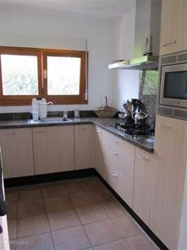 keuken voorzien van  combimagnetron, afwasmachine enz.