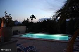 zwembad 's avonds zeer sfeervol