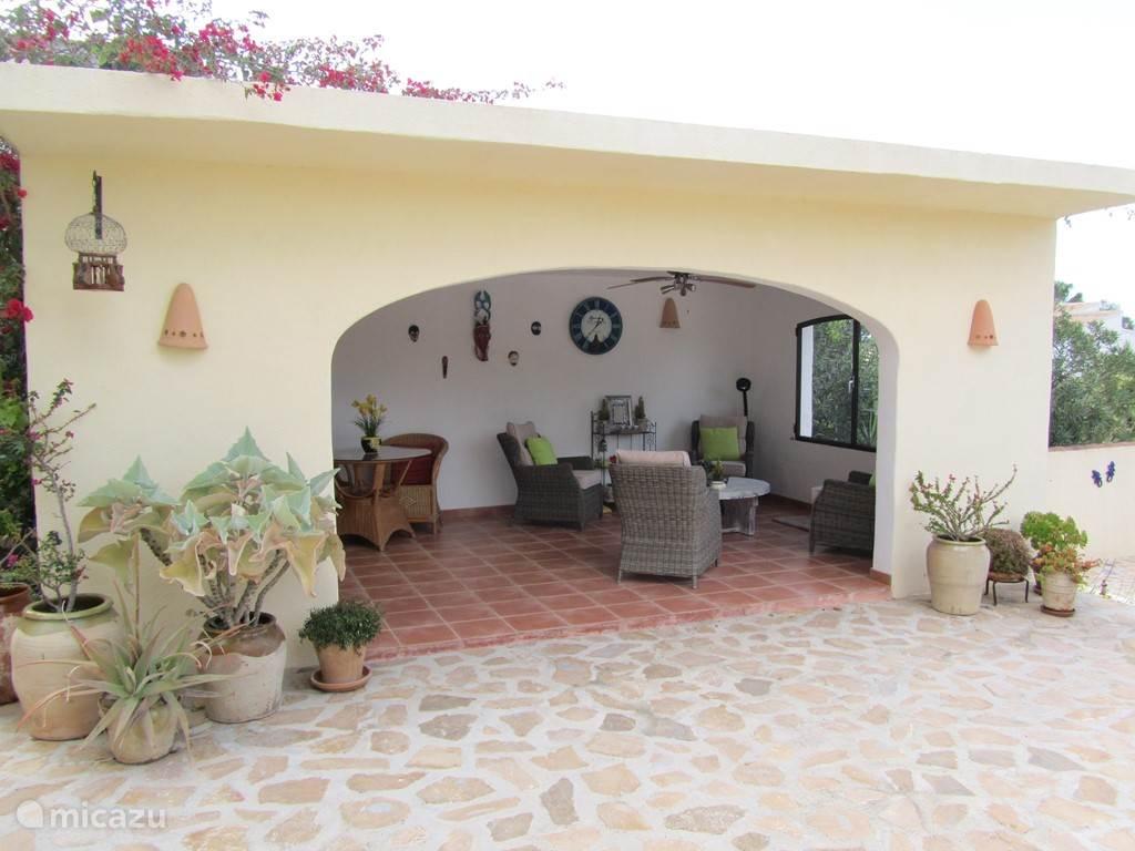 Veranda met 6 zitplaatsen, keukenblok met spoelbak,koelkast, senseo en sfeer verlichting.In de zomer ook een heerlijke plek om even uit de zon te kunnen.