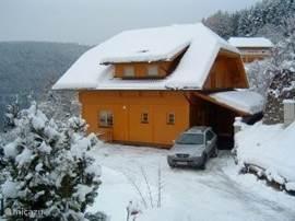 Sneeuw geeft een totaal ander beeld van het huis en de omgeving