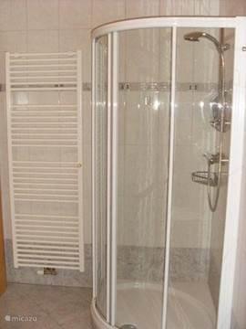 douche in badkamer 1 (naast slaapkamer)