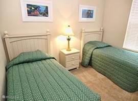En nog een slaapkamer met twee aparte bedden en grote kast.