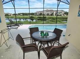 De patio-ruimte bij het huis aan het privé zwembad. Er zijn extra stoelen beschikbaar.
