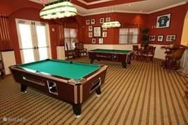 In het Community gebouw bevindt zich ook deze gameruimte met twee poolbiljarts.