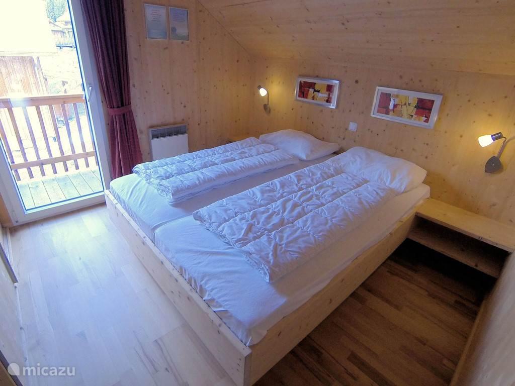 Tweepersoons slaapkamer met balkon.