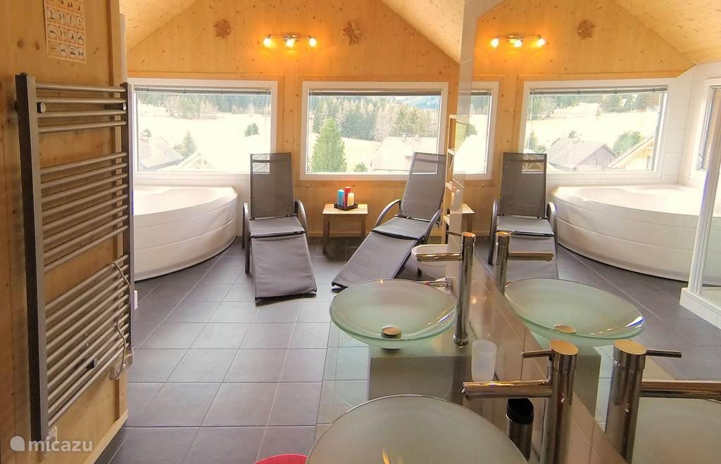 In-house welness-ruimte met uitzicht op de bergen.